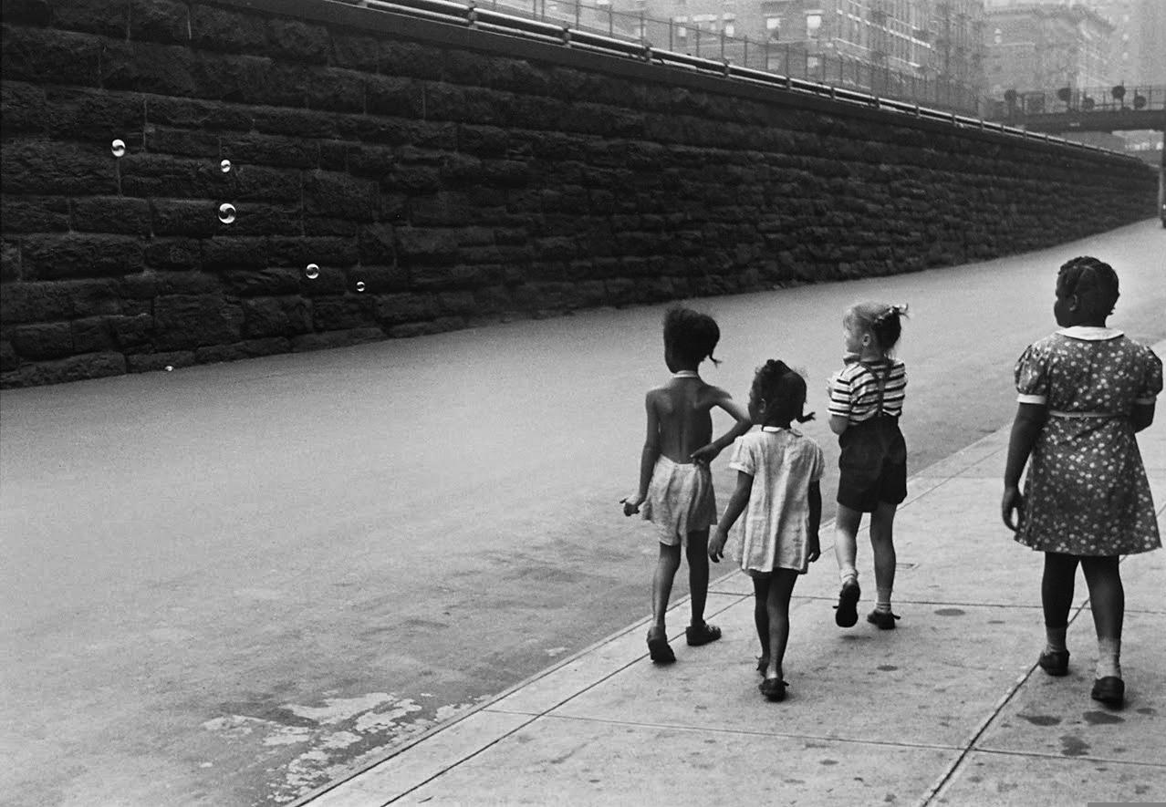 https://artblart.com/tagHelen Levitt Children With Soap Bubbles